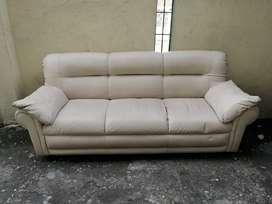 Sofa de 3 puestos en cuerina bien acolchado