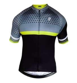 Operaria de confección de ropa de ciclismo