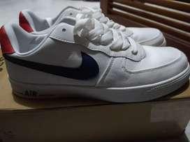 Se venden zapatos Nike AIR talla 41.