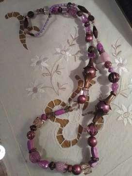 Collar de mostacillones violetas, lilas y dorados