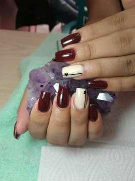 Busco manicurista q sepa de uñas acrilicas etc..