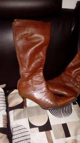 Lindas botas cafes en cuero talla 40 con muy poco uso a solo 30000