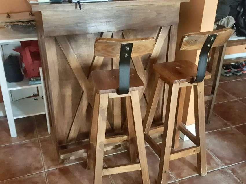 Se vende barra de madera con dos banquetas 0