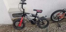 Bicicleta pequeña para un niño de 4 o 5 años.