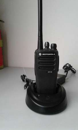 RADIO DIGITAL MOTOROLA DEP450 VHF ,5 Watts 16 canales