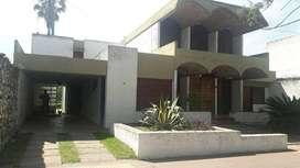 Casa exclusiva de dos plantas en calle principal