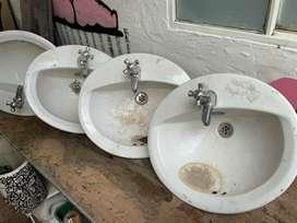 5 lavamanos redondos usados pero en excelente condición con grifería para baño, lavandería, construcción, zonas húmedas