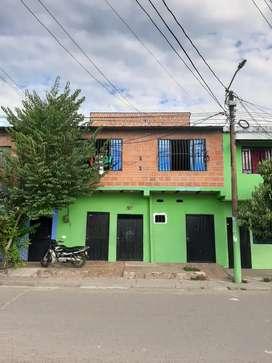 Edificio de 3 pisos con 4 apartamentos y 3 habitaciones independientes