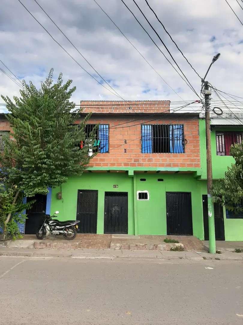 Edificio de 3 pisos con 4 apartamentos y 3 habitaciones independientes 0