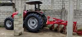 Tractor agrícola con arado reversible y surcadora (guachadora de paquete)