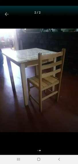 Se vende mesas y sillas de madera en remate