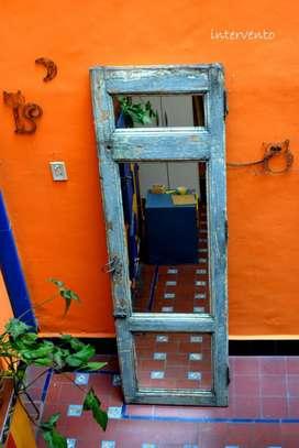 Espejo realizado con puerta antigua