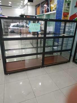 Se venden 4 VITRINAS GRANDES con base movible incluida a 550 c/u