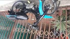 vendo moto rines, radios, nuevos bien tenida marca yamaha,modelo 1998 cilindraje 80 negra y azul