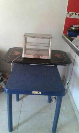Mesa Rimax, calentador pequeño y mesa de madera.