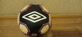 Pelota de fútbol  Umbro  original tricolor blanco negro y morado