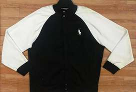 Bonito Sueter marca POLO CLUB en talla XL con ziper y broches al frente color NEGRO y BLANCO