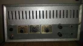 Antiguo amplificador de guitarra funcionando