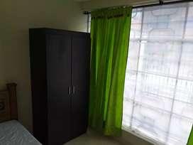 Habitación amoblada con baño compartido.
