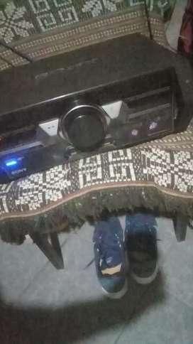 Tiene Bluetooth,usb, audio, radio, cd, luces led etc.