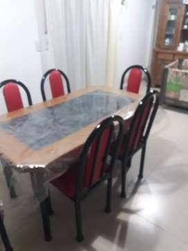Juego mesa madera y formica + 6 sillas