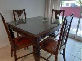 Mesa antigua con 4 sillas