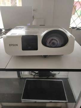 Proyector Interactivo Epson Bright Link 421i+ 2,500 Lúmens