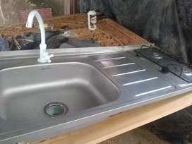 Mesones de acero con estufa y lavaplatos en excelente estado