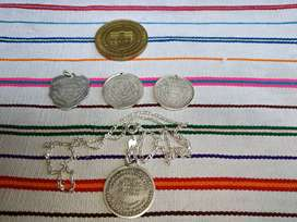 Medallas antiguas de bautizo hechos de plata.