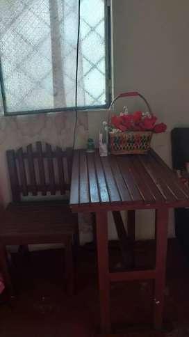 Se vende 4 taburetes de madera y la mesa