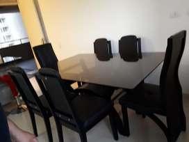 Vendo juego de comedor de 6 puestos en buen estado color negro en madera y ecocuero