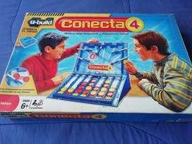 Un juego - Conecta 4 - Bloques y fichas versión Lego - Marca Hasbro.