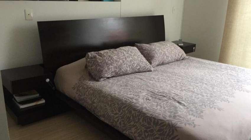 cama king y mesas de noche 0