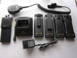 MOTOROLA HT-1000 Con Antena, Cargador,  Microfono, 4 Pilas y 2 ganchos