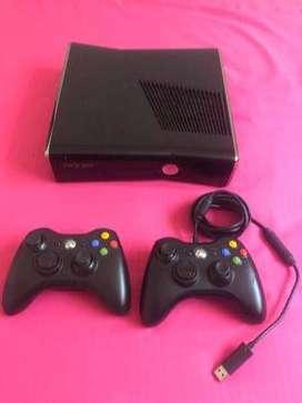Vendo o cambio Xbox 360 slim 250GB