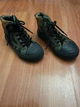 Zapatos marca zara, tipo bota militar talla 28-29 $ 60.000