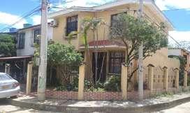 Casa Esquinera De Dos Pisos Con 3 Alcobas, 3 Baños Y Estudio