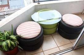 mesa y puff neumatico reciclada