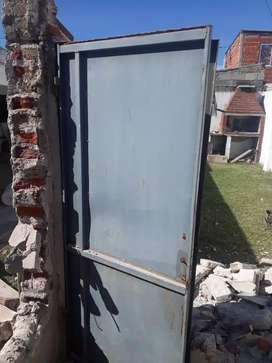 Vendo puerta con marco sin cerradura de 1.7 x 0.7 cm.