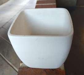 Hermosa Matera blanca de arcilla cocida para distintos ambientes,liviana y en perfecto estado