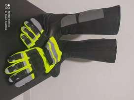 Botas y guantes para motociclista