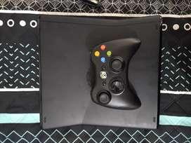 Xbox 360 Slim en perfecto estado, se entrega con 3 películas, un control y todos sus cables.