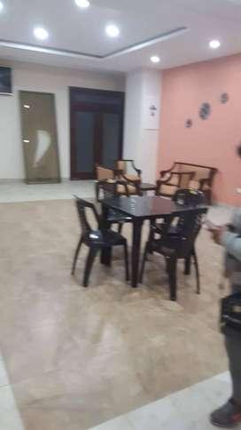4 mesas y 16 sillas 1 juego de muebles 1 bar
