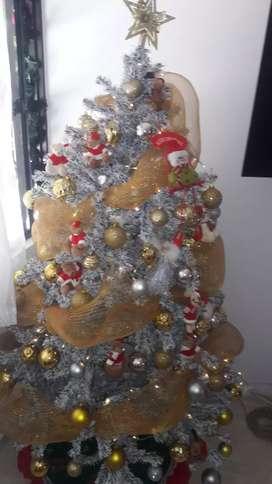 Motivo viaje. Arbol navideño con adornos y luces.