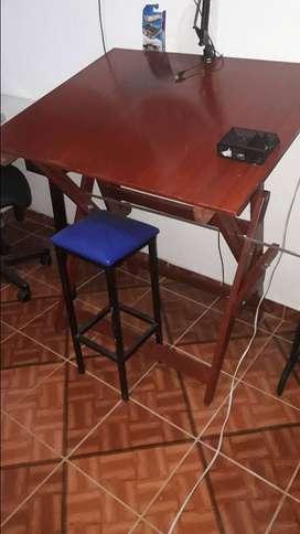 mesa de dibujo con silla incluida.