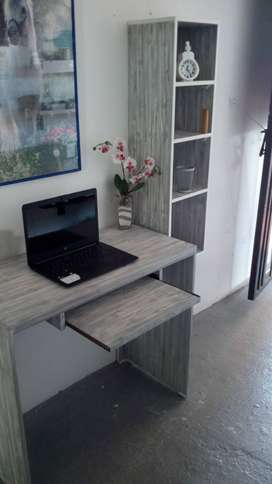 Vndo hermoso escritorio con bandeja de teclado y biblioteca flotante
