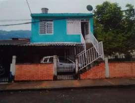 Se vende casa esquinera dividida (2aptos) con un lote de 159m² con posibilidad comercial