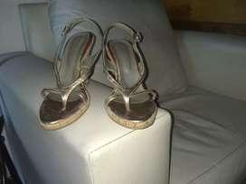 Vendo sandalias d fiestas doradas número 36 impecable