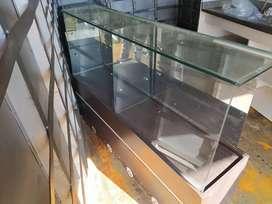 Se vende vitrina exibidora en vidrio con sitio de almacenamiento de insumos