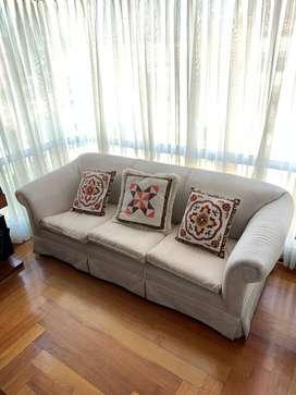 SOFA tres puestos, de muebles y accesorios.